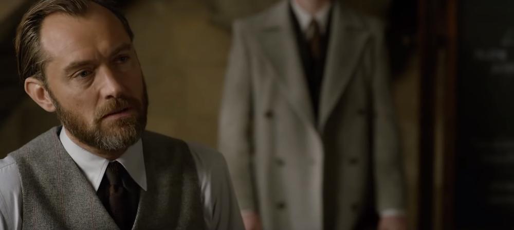 Jude Law interpreta o jovem Alvo Dumbledore.