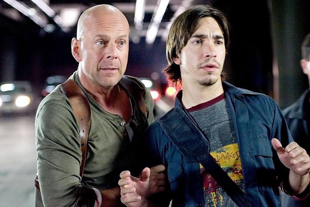 John McClane deve proteger Matt Farrell quando terrorista estão atrás dele