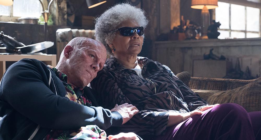 A personagem Al Cega (Leslie Uggams) segue funcionando perfeitamente como alívio cômico nas cenas de Wade Wilson sem uniforme. (Imagem: 21th Century Fox/Divulgação)