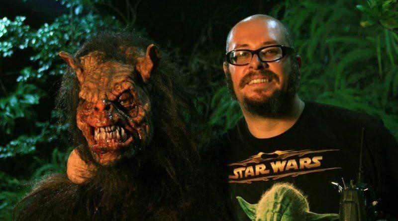 Rodrigo Aragão ao lado de uma das criaturas de seus filmes