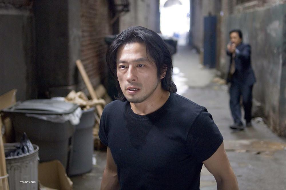 Hiroyuki Sanada interpreta o pior vilão da saga, Kenji, o irmão de criação de Lee