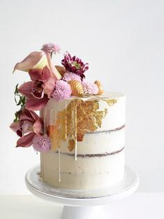 bryllupskake med matchende cupcakes