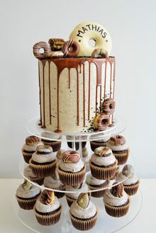 konfirmasjonskake med matchende cupcakes