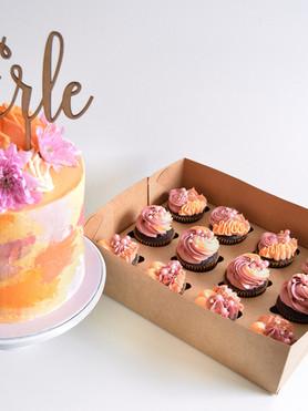 dåpskake og matchende cupcakes