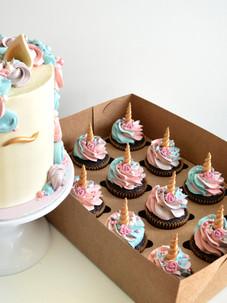 bursdagskake og matchende cupcakes