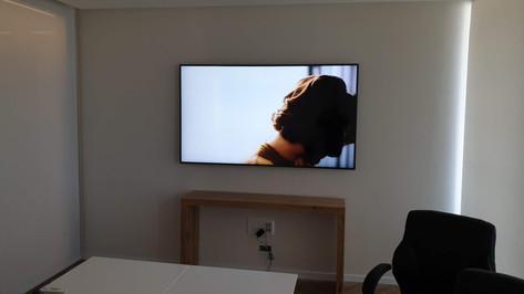 טלויזיה על קיר