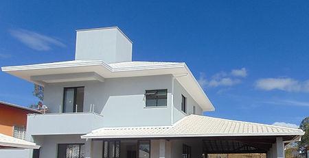 telhado colonial branco com telhas esmaltadas