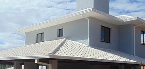 telhado colonial branco com telhas esmaltadas contruido em belo horizonte