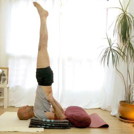 Razones para practicar la postura sobre los hombros cada día