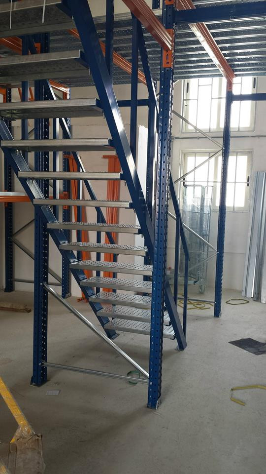 Mezzanine with steps incorporated