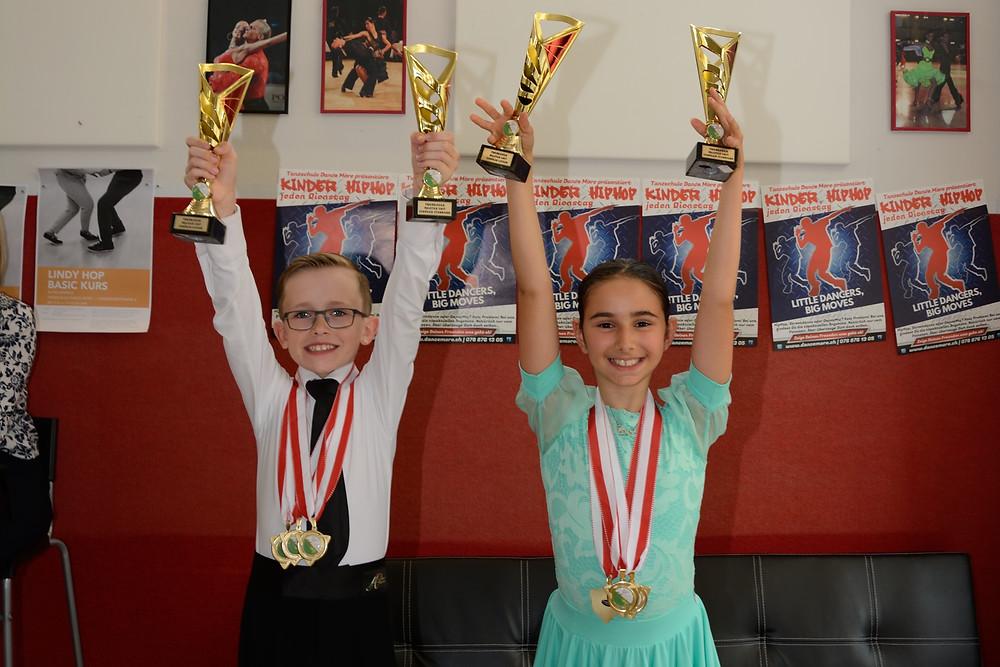 Aroa und Arjan mit Pokal