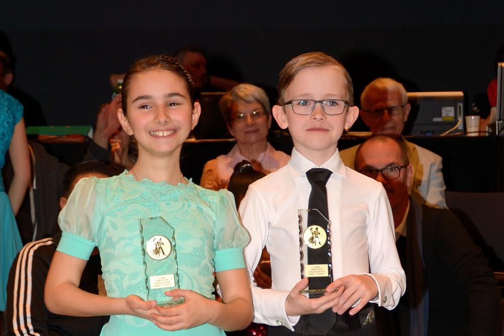 Aroa und Arjan mit dem Pokal für Standard