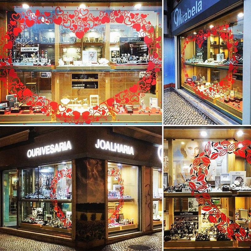 Colagem de fotografias do exterior e interior da nossa loja física na Damaia, Amadora, Lisboa. Montras para o exterior com relógios, artigos de ourivesaria e joalharia. Decoração e vitrinismo com o tema amor.