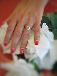 Descobre e oferece o Anel de Noivado Maria, produzido em Portugal, em Ouro Amarelo de 19,25 Quilates, com cravação manual de Diamantes e 1 Esmeralda central maravilhosa.