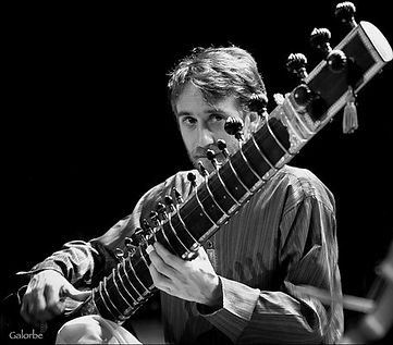 Nicolas Delaigue - Sitar, Surbahar, Musique indienne - Concerts et Cours - Lyon, Grenoble, Clermont-Ferrand, Nice, France