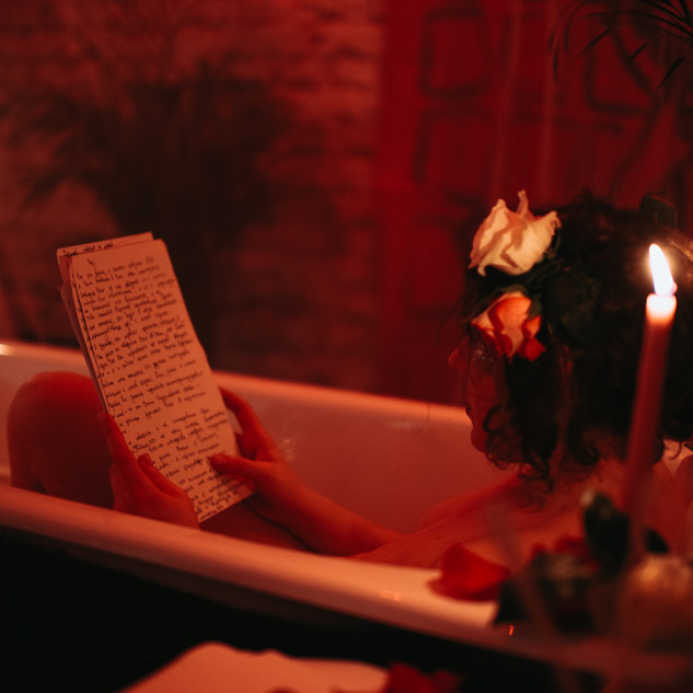 Перформанс Перформанс«Romantic bath for a single lover»