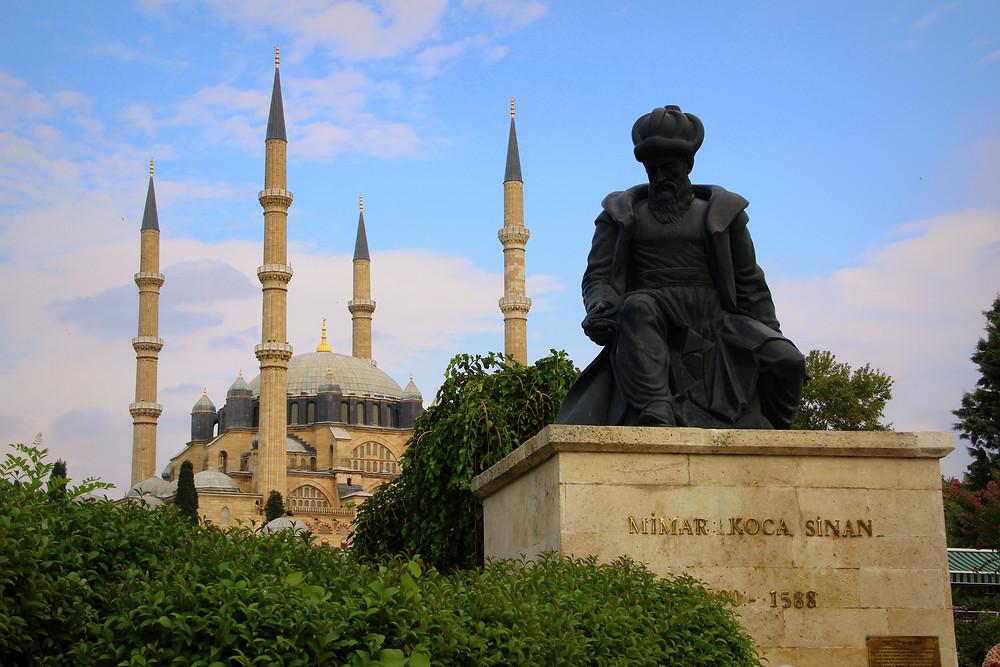 Estatua de Sinan frente a la mezquita de Selim