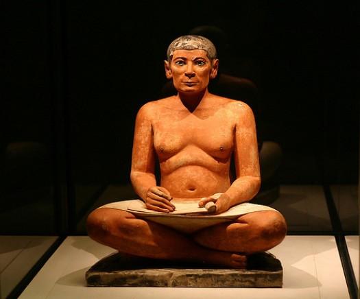Estatua egipcia de un escriba sentado