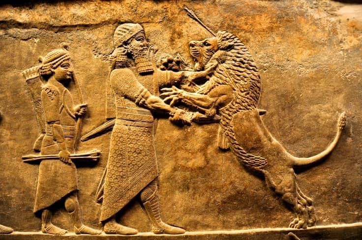 Antiguo relieve asirio en el que se ve a el rey Asurbanipal cazando leones