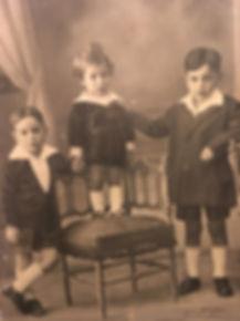 Pepe, primero a la izquierda, con dos de sus hermanos