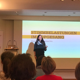 Manuela Gebetsroither beim Vortrag im Keplerklinikum Linz am Tag der Stimme 16.4.2018