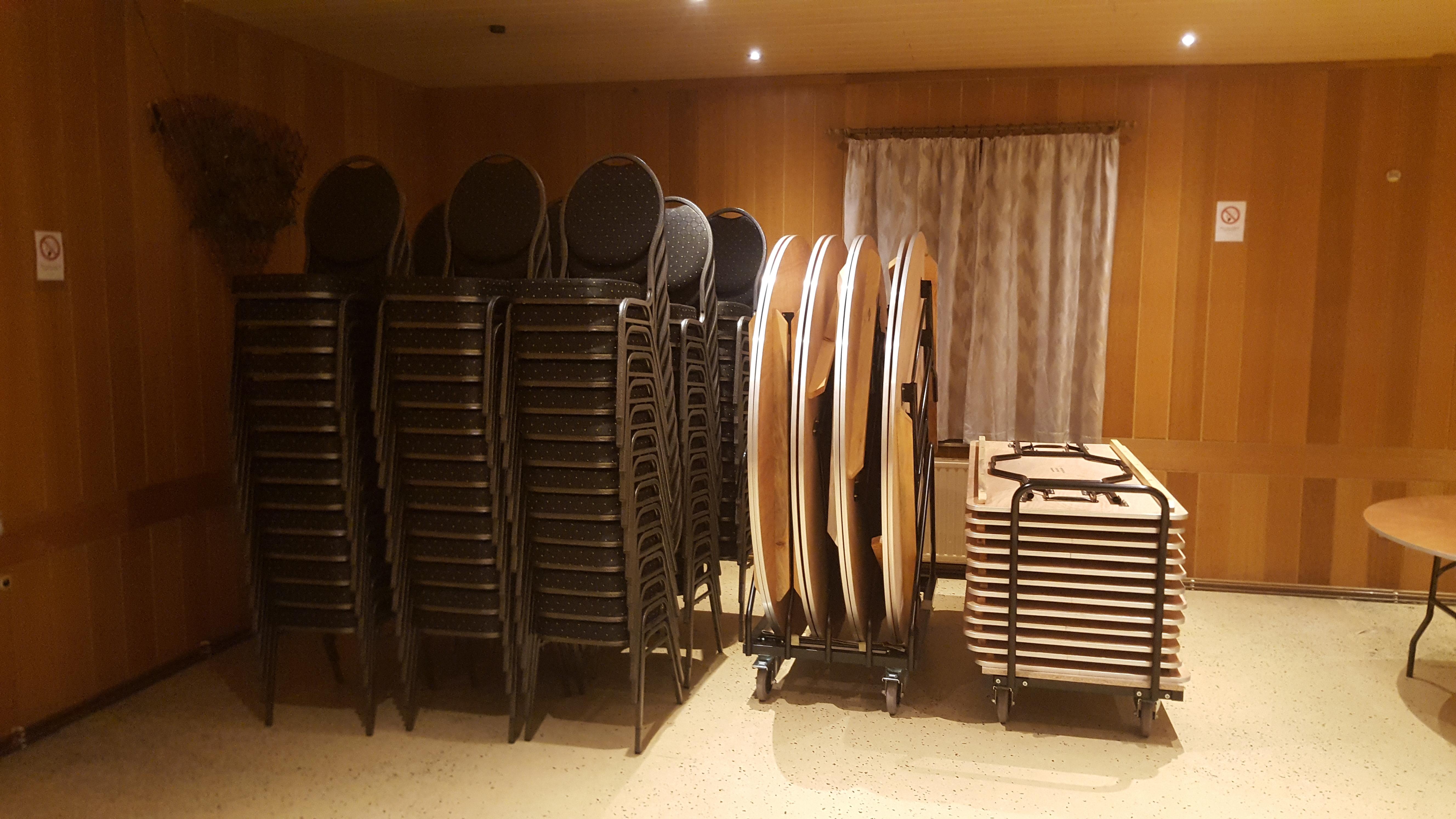 160 Stühle, 12 gr. runde Tische