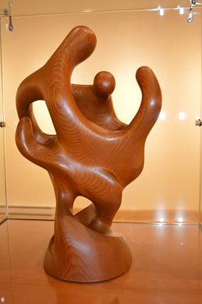 1er prix amateur décerné à Denise Plouffe pour sa sculpture bois : «Famille/74»