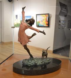3ème prix professionnel décerné à Francine Laurin pour sa sculpture en bronze : «Le bonheur»