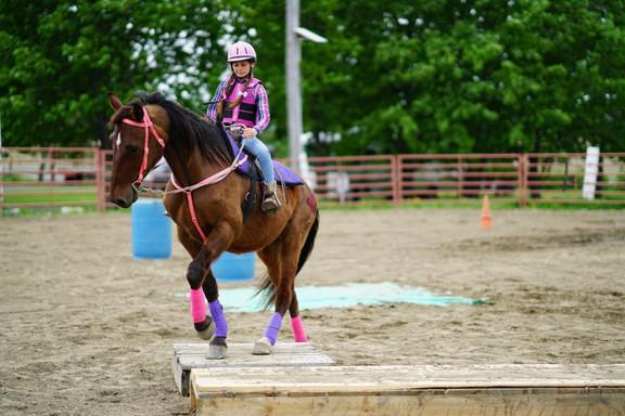 Une jeune à cheval dans un Cowboy Extrême