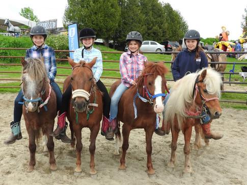 Les filles et leurs poney