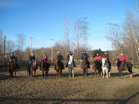 L'équipe de cours d'équitation en automne