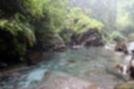 Bada vid vattenfallen i Senaru