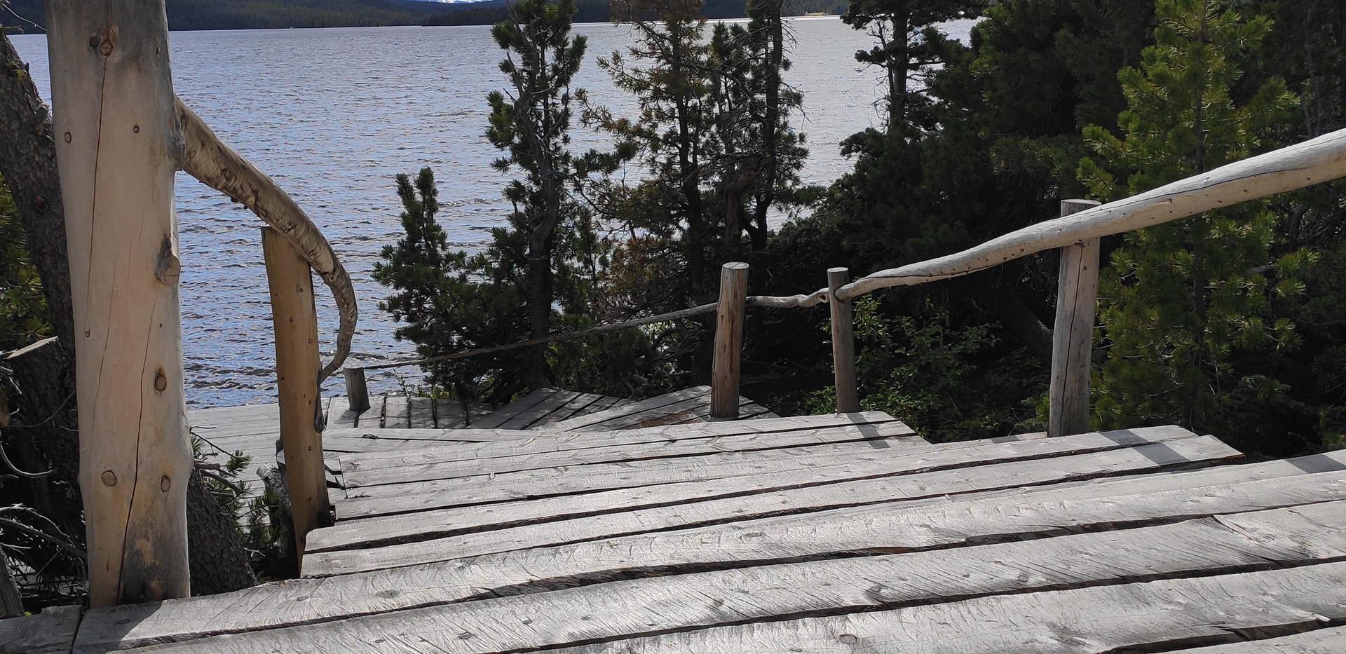 מדרגות עץ המובילות לדק נהדר מול ההרים