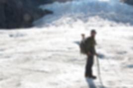 דורון הראל ובנו משקיפים על ההרים