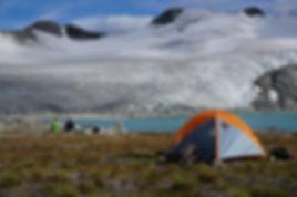 מחנה אוהלים בנק טסלי מול הקרחונים