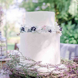 wedding cake with sugar flowers by KMcakes.nl