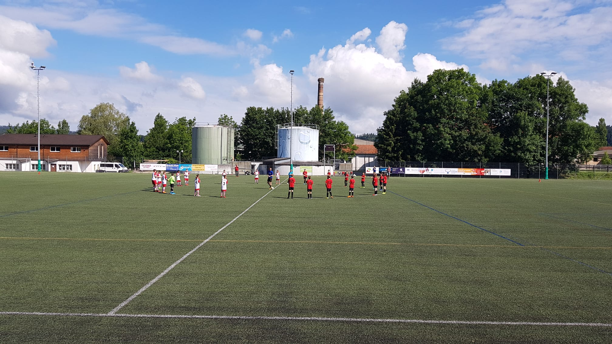Vor dem Spiel der Db-Junioren gegen den SC Berg ersetzte ein Kreis die üblichen Handshakes.