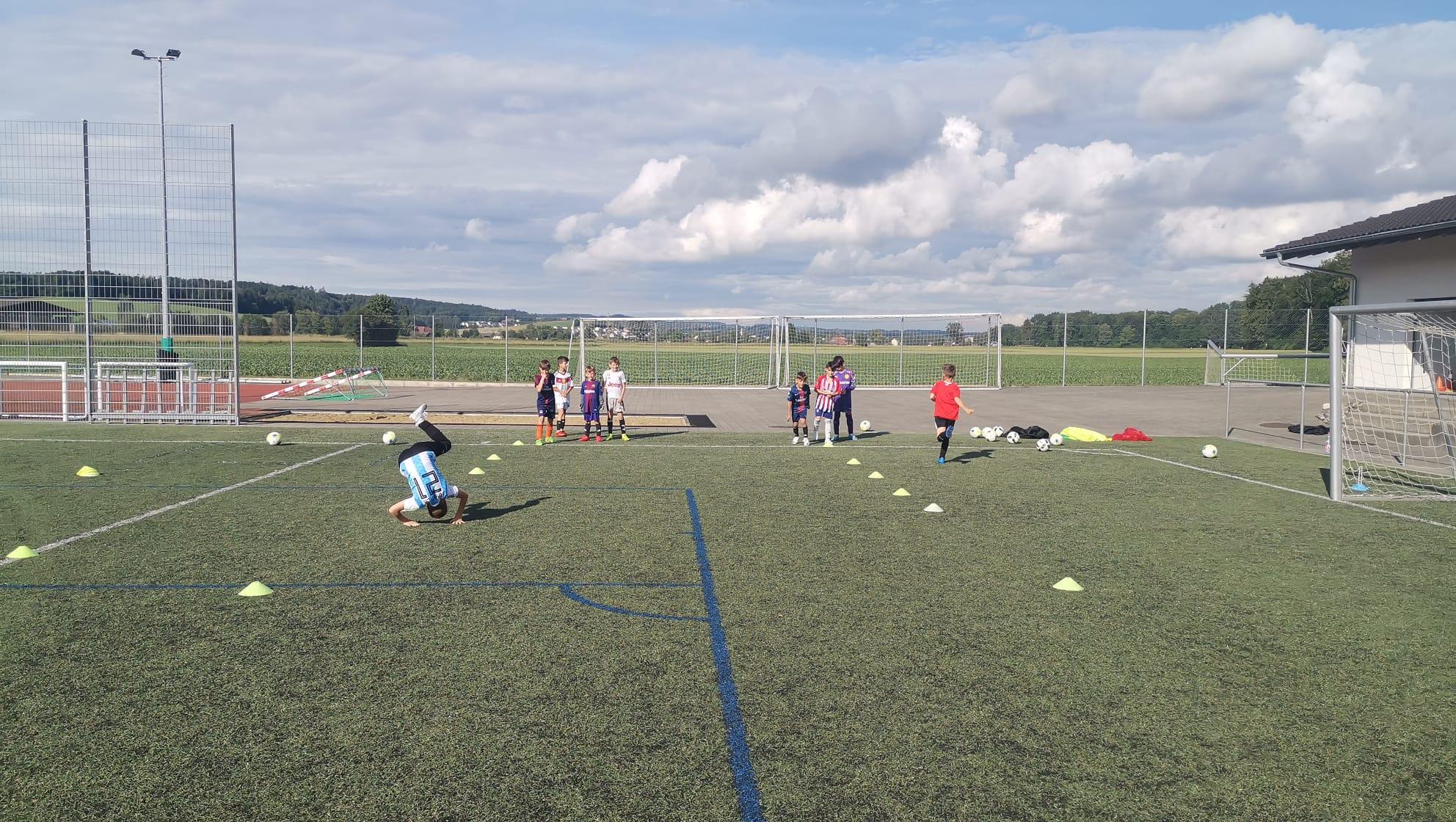 Schon beim Aufwärmen zeigen die jungen Fussballerinnen und Fussballer vollen Einsatz.