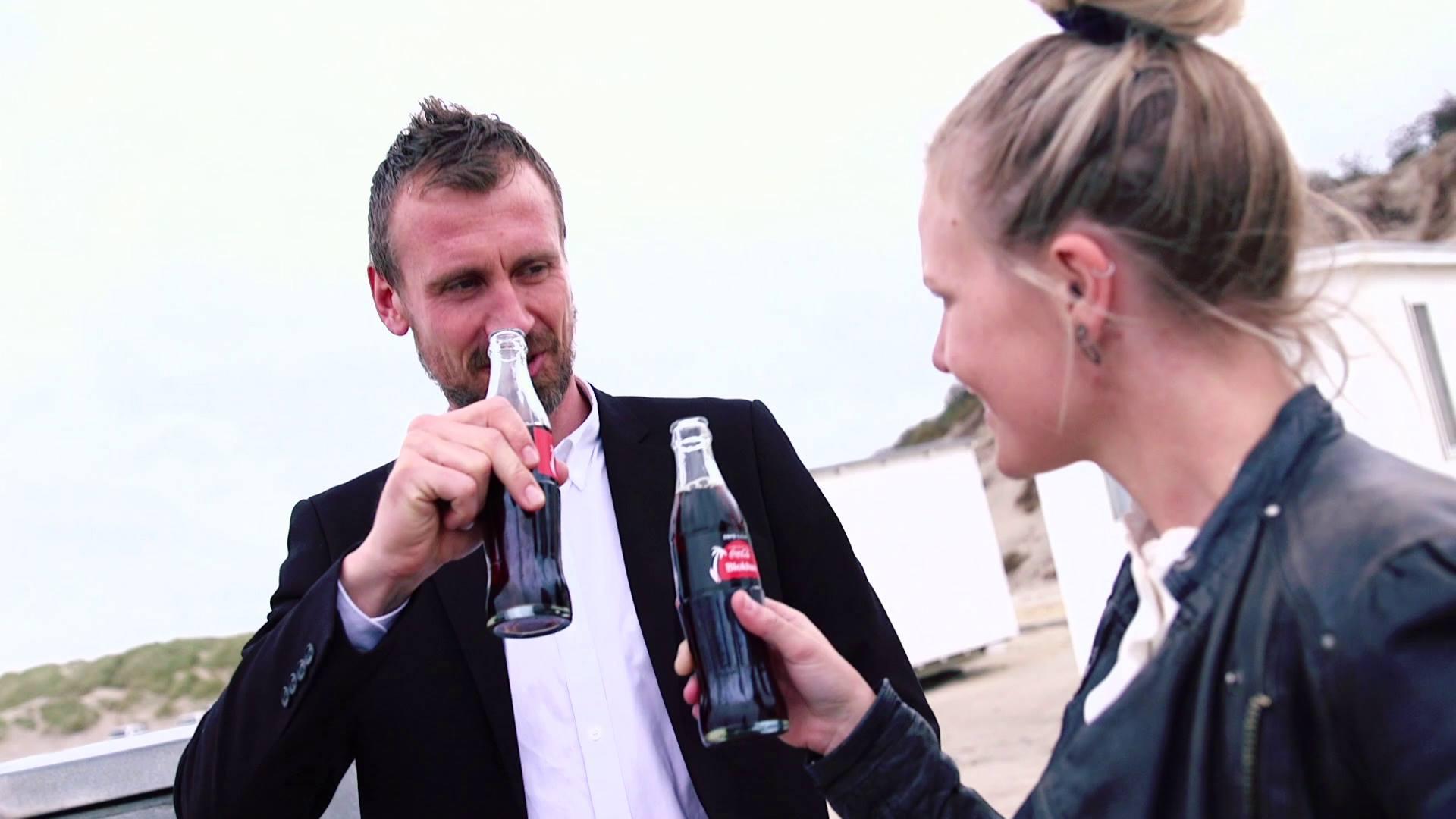Syv danske feriedestinationer får deres navn på sommerens Coca-Cola flasker. Se afsløringen her, når de allerførste flasker ankommer med drone. Psst, du kan også vinde en rejse til din favoritdestination - se mere på Coke.dk/summer.
