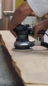 Fase di levigatura tavolo in legno