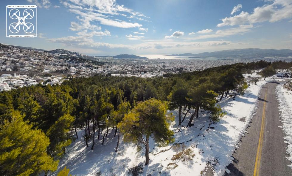 χιονισμένο τοπίο με θέα το Βόλο