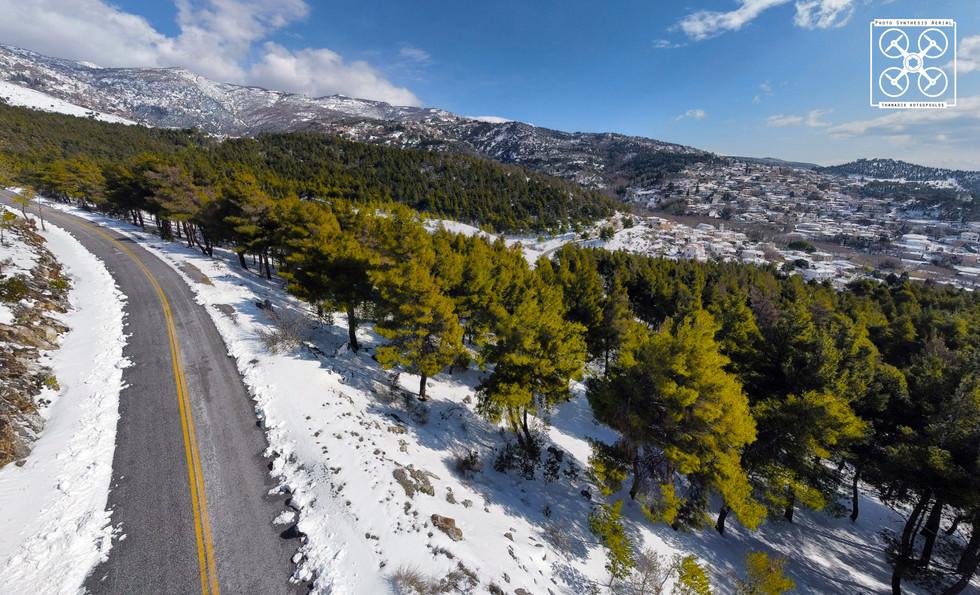 χιονισμένο τοπίο με θέα τη Μακρυνίτσα