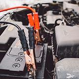 Autobatterie und Überbrückungskabel