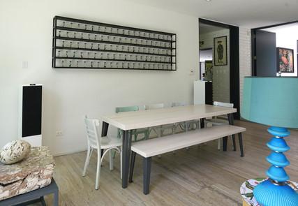Mesa y banquetas, color alvayalde