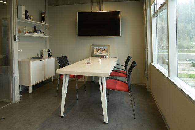 Conjunto privado, mesa reuniones informales mas arrimo y repisas