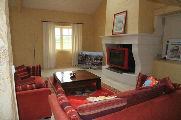 salon TV, cheminée et grand écran
