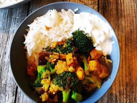 Indischer Wok - Brokkoli mit Cashewnüssen und Tofu + Korianderjoghurt