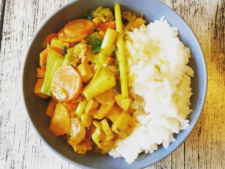 Vegane Gemüsepfanne mit Curry, Kokos, Pak-Choi und Zitronengras