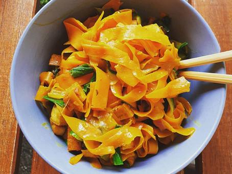 Vegane Gemüsenudeln mit Tofu und Erdnussoße