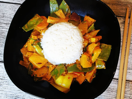 Veganes Ananas Curry mit Tofu und Reis